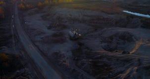 Het lopen van graafwerktuig in de zandkuil stock video