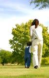 Het lopen van het mamma en van de Zoon Stock Foto