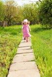 Het lopen van het meisje Royalty-vrije Stock Afbeeldingen