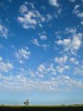 Het lopen van holdingshanden met diepe blauwe hemel Royalty-vrije Stock Foto