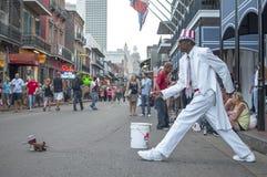 Het lopen van hond op Bourbonstraat Stock Foto's