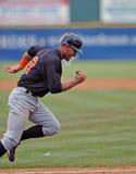 Het lopen van Javier Colina - honkbal baserunner Stock Foto's