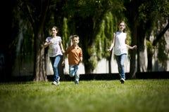 Het lopen van kinderen Stock Foto's