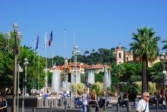Het lopen van mensen heldere mooie straten van de Azuurblauwe kust van Nice, Fra Stock Foto's
