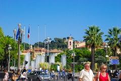 Het lopen van mensen heldere mooie straten van de Azuurblauwe kust van Nice, Fra Stock Afbeeldingen