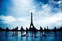 Het lopen van mensensilhouetten in Parijs Stock Afbeelding