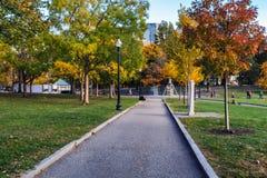 Het lopen van sleep in het Gemeenschappelijke park van Boston in dalingsseizoen royalty-vrije stock afbeelding