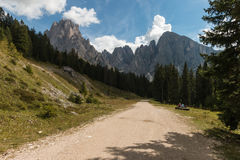 Het lopen van spoor in puez-Geisler Aardpark, Dolomiet Stock Foto