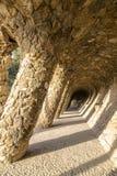 Het lopen van steeg in Park Guell in Barcelona, Catalonië Stock Afbeeldingen