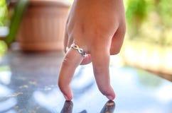 Het lopen van vingers op een weerspiegelende oppervlakte royalty-vrije stock afbeelding
