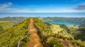 Het lopen van weg aan een mening over de meren van Sete Cidades, de Azoren, Portugal Royalty-vrije Stock Foto