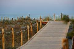 Het lopen van weg aan Giunco-strand, Sardinige, Italië Stock Foto's