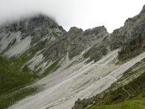 Het lopen van weg in de alpen Royalty-vrije Stock Afbeeldingen