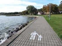 Het lopen van weg dichtbij water Stock Foto