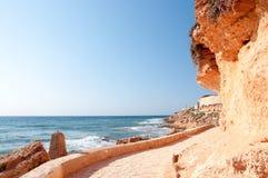 Het lopen van weg langs rotsachtige kust. royalty-vrije stock afbeeldingen