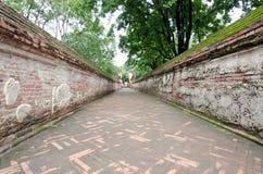 Het lopen van weg met bakstenen muur op sideway Royalty-vrije Stock Afbeelding