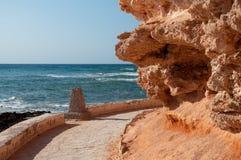 Het lopen van weg met rode rotsen en horizon royalty-vrije stock fotografie