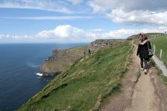 Het lopen van weg op de klippen van Moher Stock Fotografie