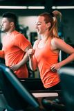 Het lopende concept van de wellnessgymnastiek van de paarsport stock fotografie