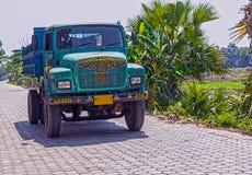 Het lopende en dragende zand van de kleurrijke Indische kipwagenvrachtwagen voor bouwwerkzaamheid stock afbeelding