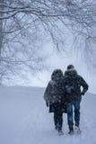 Het lopende paar in het sneeuwpark stock foto's