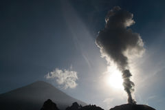 Het losbarsten Santiaguito met de Vulkaan van Santa Maria royalty-vrije stock afbeelding