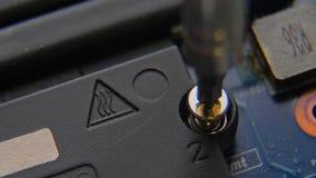 Het losschroeven van de schroef Een hand die een schroevedraaier houden installeert of herstelt computercomponenten stock footage