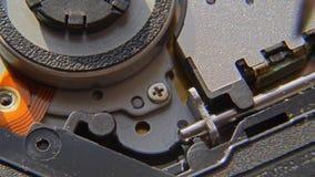 Het losschroeven van de schroef Een hand die een schroevedraaier houden installeert of herstelt computercomponenten stock videobeelden
