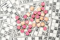 Het lotto of bingo van het raadsspel Houten lottovaten met aantallen op achtergrond van vele lottokaarten Uitstekend spel stock foto's
