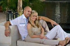 Het lounging van het paar door de pool Royalty-vrije Stock Fotografie