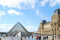 Het Louvre in Parijs op een zonnige dag Stock Afbeeldingen