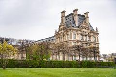 Het Louvre van Jardin des Tuileries in Parijs, Frankrijk wordt bekeken dat royalty-vrije stock afbeelding