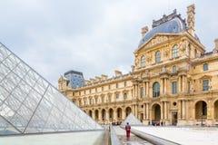 Het Louvremuseum stock afbeelding