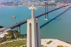 Het lucht het monument van meningsjesus christ letten op aan de stad van Lissabon in Por Stock Foto