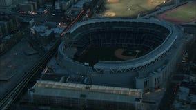 Het lucht omcirkelende stadion van yankee bij nacht stock video