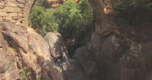 Het lucht reizen met rotsen en een brug stock footage