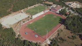 Het lucht schieten Bekijk van hierboven voetbalgebied in Griekenland stock footage