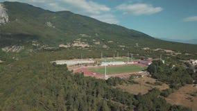 Het lucht schieten Bekijk van hierboven voetbalgebied in Griekenland stock video