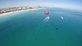 Het lucht videostrand van parasailmiami stock footage