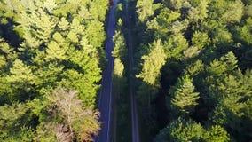 Het lucht vliegen helde onderaan over moderne en rechte weg over die donkere grijze asfaltwegen voor verkeersauto tonen die alleb stock videobeelden