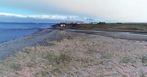 Het lucht vliegen over kustlandbouwbedrijf in Arkogssandur, IJsland stock footage