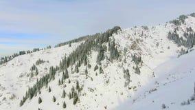 Het luchtavontuur van de meningslengte bij berg, de winter Snowboarding en skigebied 4K video door hommel stock video