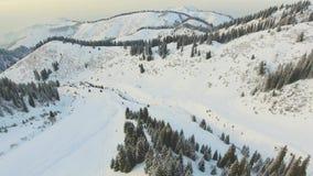 Het luchtavontuur van de meningslengte bij berg, de winter Snowboarding en skigebied 4K video door hommel stock videobeelden