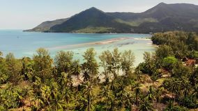 Het luchteiland Koh Phangan Thailand van de hommelmening Exotisch kust panoramisch landschap, de vissersstrand van Chaloklum Mali stock videobeelden