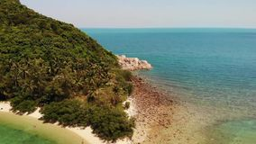 Het luchteiland van Koh Ma van de hommelmening kleine, Ko Phangan Thailand Exotisch kust panoramisch landschap, Mae Haad-strand,  stock footage