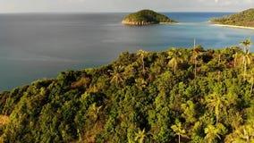 Het luchteiland van Koh Ma van de hommelmening kleine, Ko Phangan Thailand Exotisch kust panoramisch landschap, Mae Haad-strand,  stock videobeelden