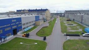 Het luchtgrondgebied van de bandfabriek met workshopspakhuizen en hoofdingang met embleem stock footage