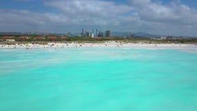 Het luchtschot, ongelooflijk mooie kalme overzees met veel wolken, wit strand leidde tot wegens reusachtige watervervuiling met stock footage