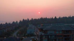 Het luchtschot over flatgebouw over een rook verduisterde mening van Vancouver tijdens het wildfire van 2018 seizoen stock video