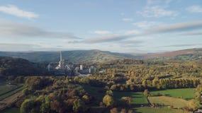 Het luchtschot van het Cement van de Hoopvallei werkt, Piekdistrict, het UK - Zonnige dag stock afbeeldingen